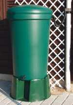 220 l regnvandsopsamler, 220 l regnvandsopsamler, 220 l regnvandsopsamler fremstillet i kraftigt PVC-frit plastmateriale, der sikrer lang holdbarhed og stor stabilitet. Leveres inkl. låg og koblingshane Mål: Højde: 100 cm Diameter, top:64,5 cm Diameter, bund: 51 cm Leveres inkl. låg, så beholderen kan holdes fri for blade , snavs etc. Antal forstansede huller i fronten til hane: 1 Antal forstansede huller til montering af tilbehør: 2. De er placeret i hver side lige under låget. Se tilbehør til denne Regnvandsopsamler her>>